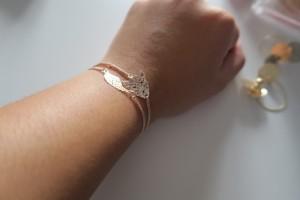 Bracelets fins dorés symbolisant une feuille et une tête de tigre