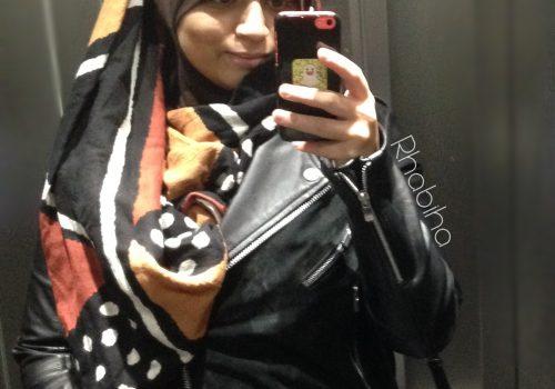 Robes noire à rayures argentées et voile multi-couleurs à pois