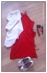Robe portefeuille orange, blazer blanc, escapins blancs, accessoires orangés