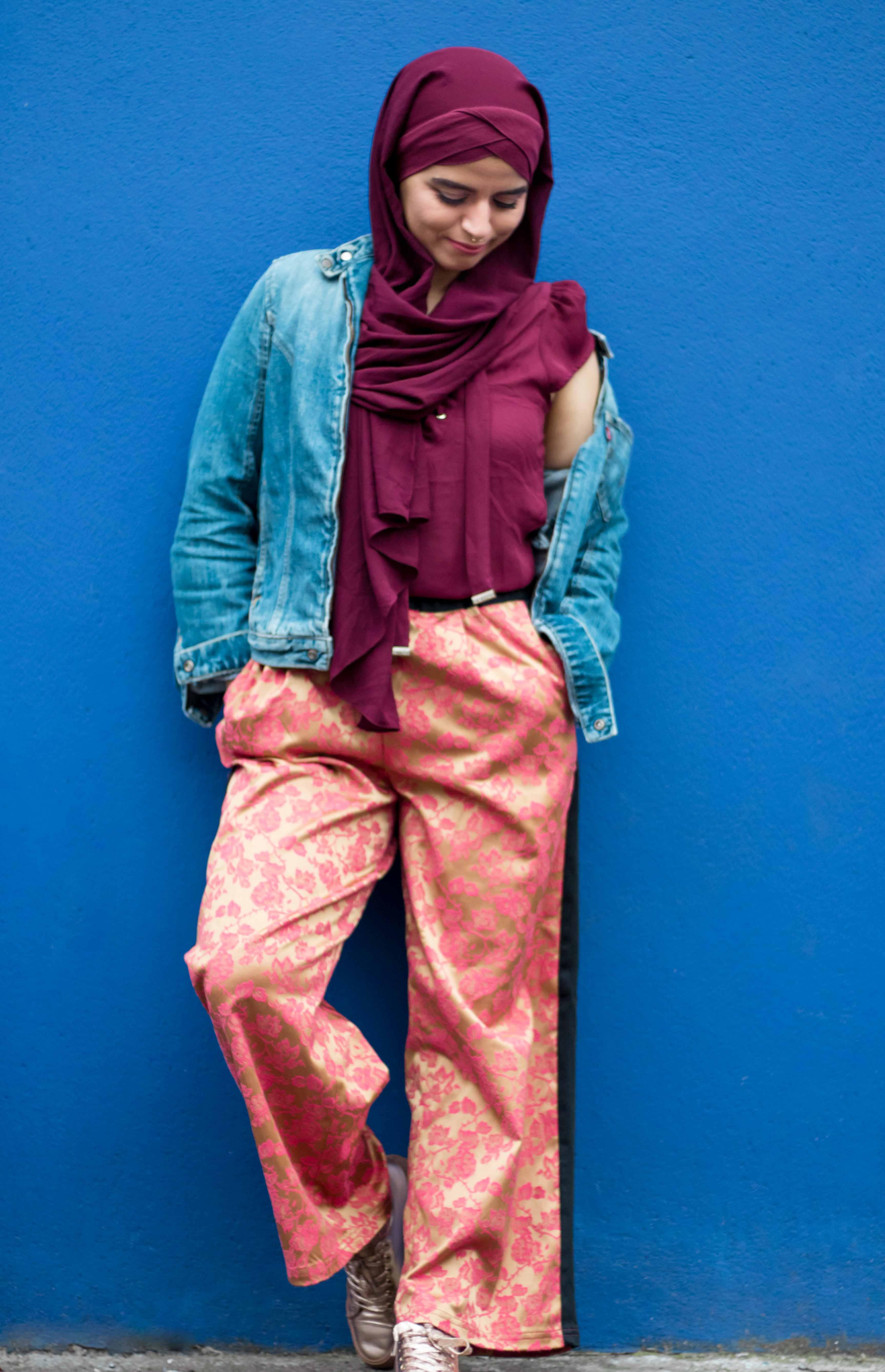 look bordeaux et orangé veste en jean