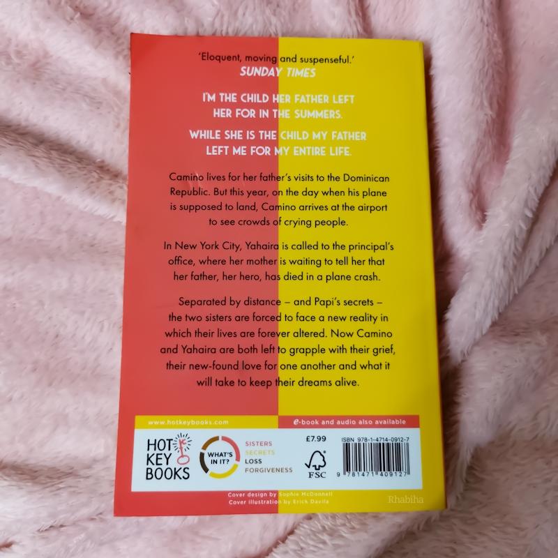 """Quatrième de couverture du livre """"Clap When You Land"""" de Elizabeth Acevedo avec deux couleurs qui s'opposent, le rose et le jaune, à l'horizontale"""